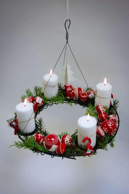 Find inspiration til din adventskrans 2018 - rød og hvid adventsdekoration med julekugler