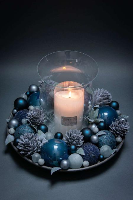 Juledekoration 2018 - blå juledekoration med julekugler og hurricane stage