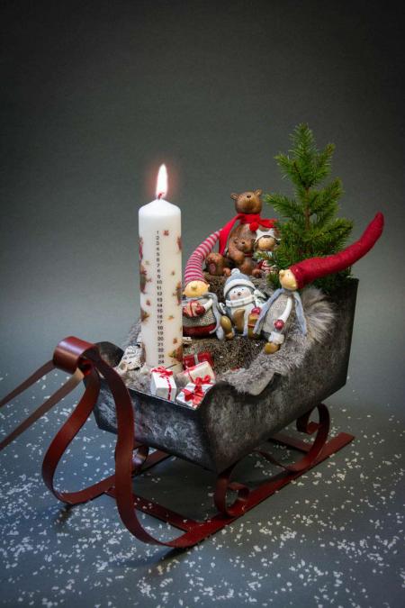 Juledekoration 2018 - juledekoration i kane med nisser og kunstigt juletræ