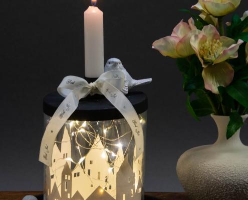 Juledekoration 2018 - kalenderlys glas med papirklip og lyskæde