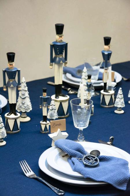 Julebord 2018 - blå bordpynt til jul med tinsoldater og små juletræer