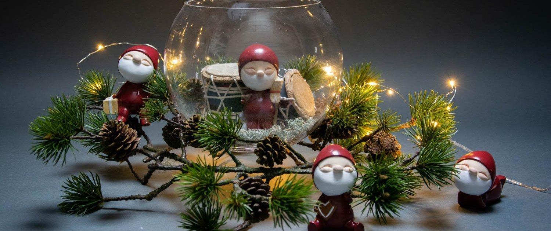 Julepynt i glasklokke - nisserne fra Nääsgränsgården