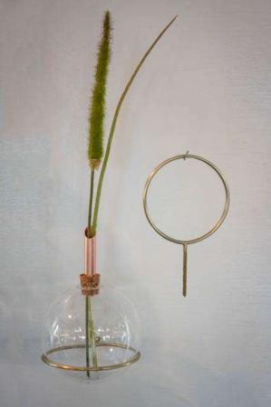 Glasvase med korkprop og kobberrør - med holder