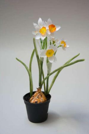Kunstig pinselilje i potte. Påske 2019. Kunstige blomster.