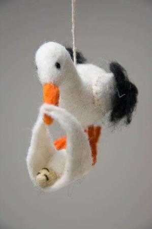 Stork med baby. Barsels stork. Stork til nybagte forældre. Stork til nyfødt. Stork af filt.