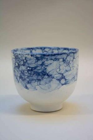 Blå skål af keramik. Blåt mønster. Marmoreret potte