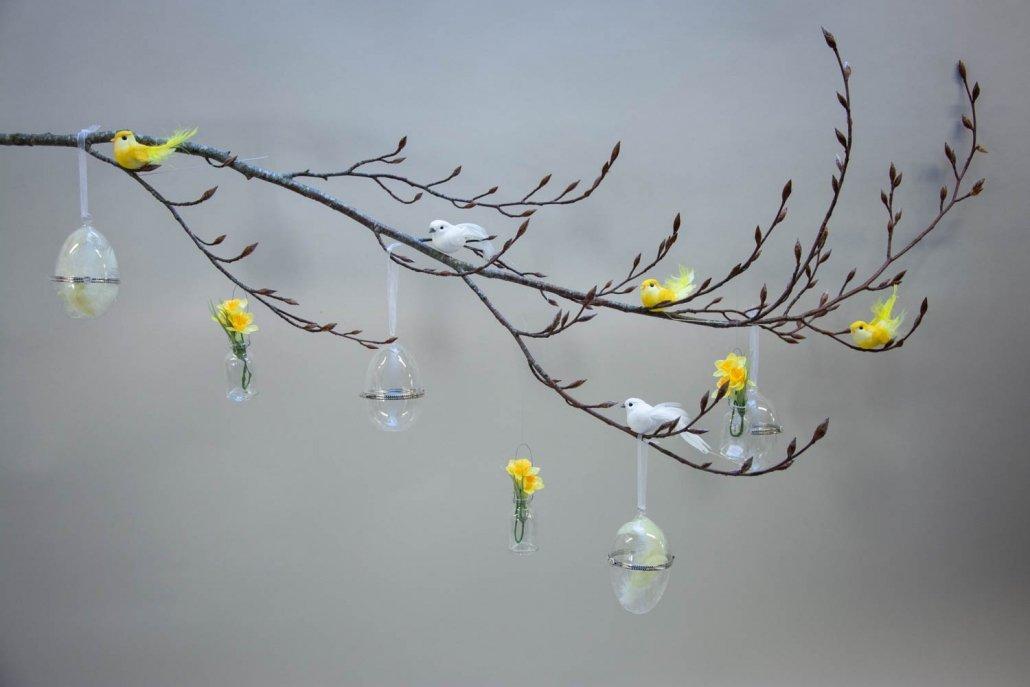 Inspiration til påske - påske gren med påskeæg og fugle på klips