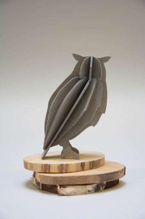 Lovi owl. 3d figur af ugle. Grå ugle af træ.