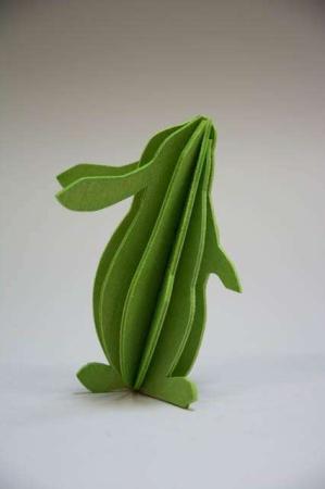 Lovi rabbit. Grøn påskehare af træ. 3Dfigur af påskehare. Grøn kanin