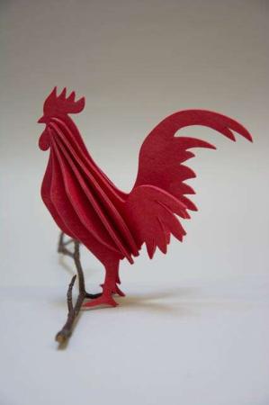 Lovi rooster. Lovi 3D figur af birkefiner. Rød hane af træ