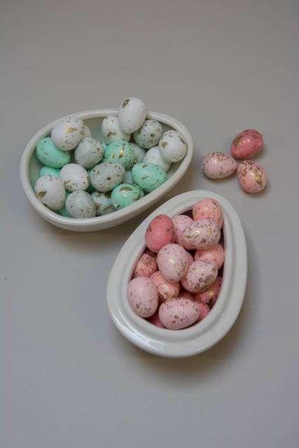 Påskeæg til dekoration. Æg af flamingo. Lyserøde påskeæg. Mintgrønne påskeæg