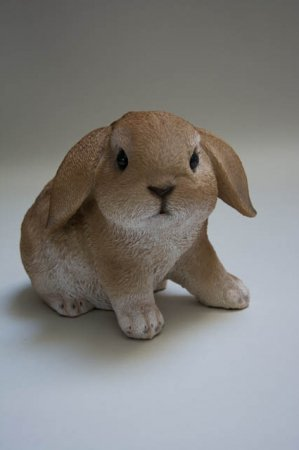 Påskeharer 2019. Havefigur. Kaniner til haven. Kaniner til pynt. Påskeharer til pynt. Havedeko 2019. Søde kaniner. Brun kanin.