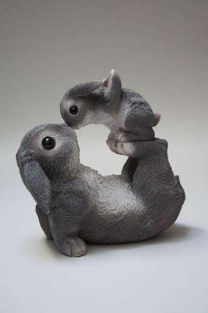Påskeharer 2019. Havefigur. Kaniner til haven. Kaniner til pynt. Påskeharer til pynt. Havedeko 2019. Søde kaniner. Legesyge kaniner.