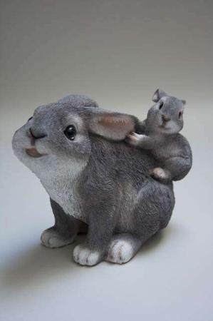 Påskeharer 2019. Havefigur. Kaniner til haven. Kaniner til pynt. Påskeharer til pynt. Havedeko 2019. Søde kaniner. Morkanin med fræk unge.