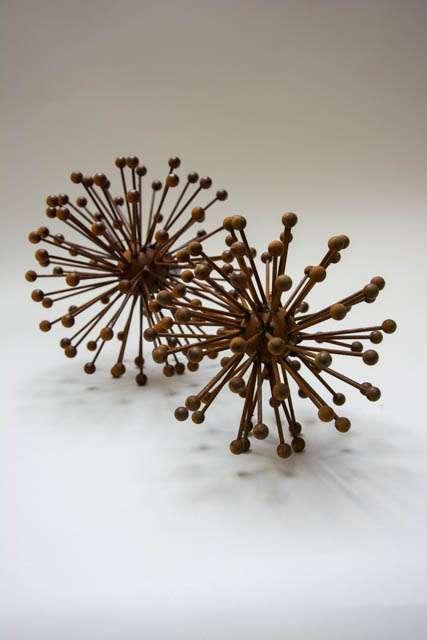 Blomsterkugle af metal. Blomster i rust til have