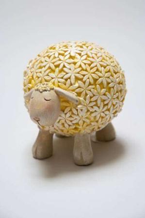 Blomstret får af keramik. Gult påskelam med blomster