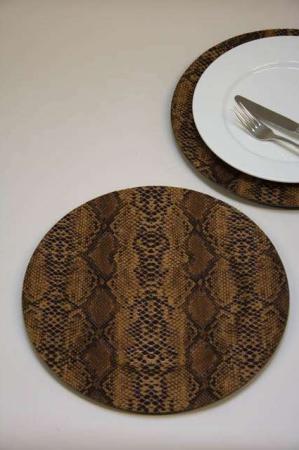 Dækketallerken med print af slangeskind. Dækketallerken med dyreprint.