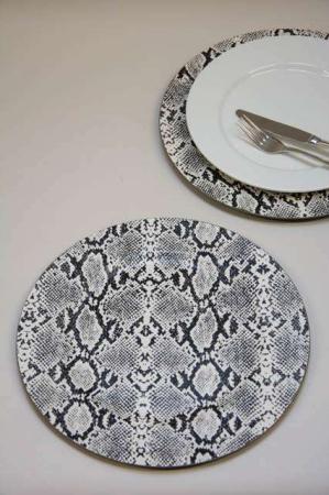 Dækketallerken med print af slangeskind. Dækketallerkner med dyreprint.