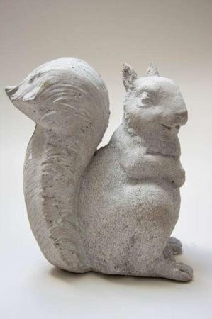 Egern af cement. Havefigur af cement. Egernfigur til haven