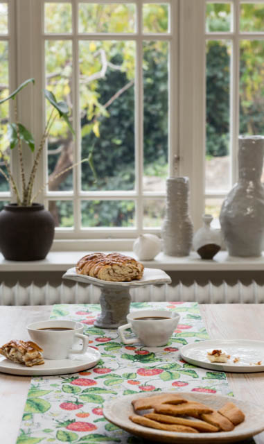Ekelund Jordgubbar bordløber. Vævet af 100 % økologisk bomuld