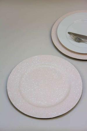 Hvid dækketallerken med nister. Dækketallerken af plastic
