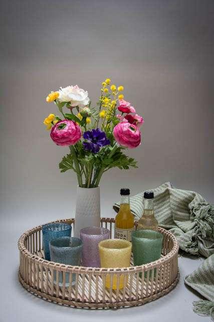 Inspiration til boligen. Bambus bakke. Farvet glas. Kunstige blomster. Indretning. Lækre tæpper.