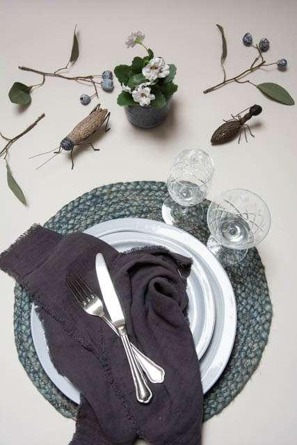 Inspiration til boligen. Insekter til pynt. Blå indretning. Dækkeserviet af jute. Kunstige blomster