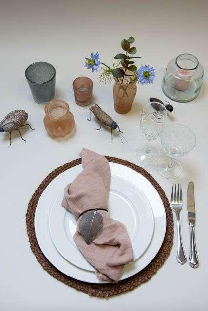Inspiration til boligen. Insekter til pynt. Lyserød indretning. Dækkeserviet af jute. Kunstige blomster.