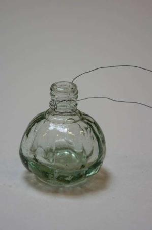 Vase til ophæng. Lille flaske med wire. Lille blomstervase til at hænge op.