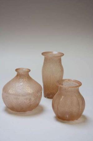 Vaser af farvet glas. Glasvaser. Ferskenfarvet glasvase.