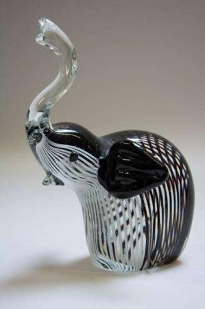 Elefantfigur i glas. Glaselefant. Elefant af farvet glas