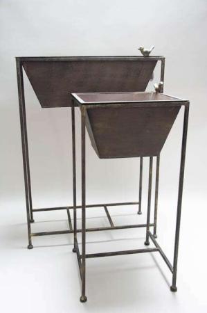 Urtepotteskjuler på stativ. Udendørs potteskjulere af metal. Plantestander i jern