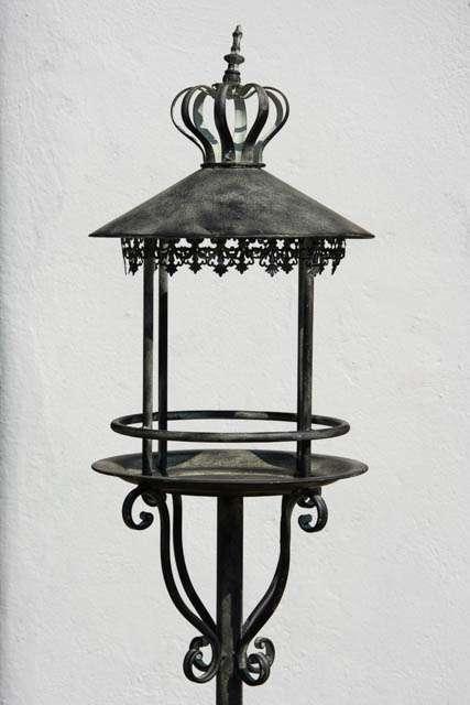 Fuglehus i metal til haven. Fuglehus med spyd. Foderbræt i jern. Foderbræt i antiklook. Fuglebræt med kongekrone