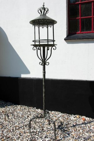 Fuglehus i metal til haven. Fuglehus på stativ. Fuglehus med spyd. Foderbræt i jern. Foderbræt i antiklook