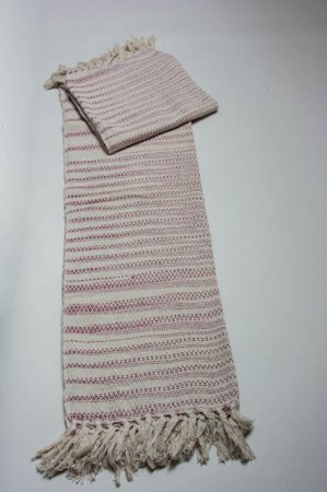 Rød og hvidstribet tæppe. Strikket tæppe af bomuld. Tæppe med frynser. Bolchestribet sofatæppe.