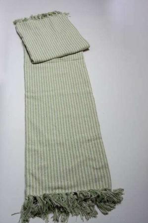 Tæppe med grønne striber. Stribet tæppe af bomuld. Sofatæppe med frynser. Grøn og hvidstribet tæppe.