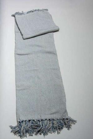 Tæppe med mælkedrengestriber. Mælkedrengestribet tæppe af bomuld. Sofatæppe med frynser. Blå og hvidstribet tæppe.