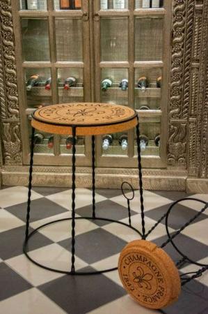 Champagneprop bord og skammel. Korkprop bord og stol. Champagneprop stol. Møbler i kork og metal. Korkmøbler
