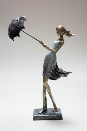 Dame med paraply i blæsevejr. Kvinde med paraply. Kvinde med parasol. Pyntefigur til hjemmet. Nips i guld sølv mintgrøn.