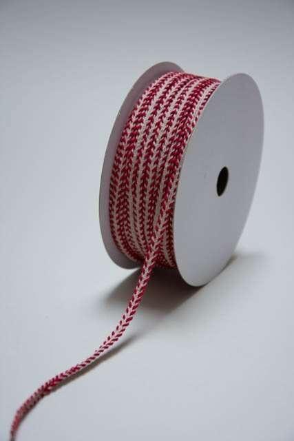 Dekorationsbånd med rødt og hvidt mønster. Julebånd til dekorationer. Dekobånd til juledekorationer. Rødt bånd til deko. Gavebånd i stof.
