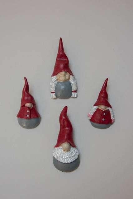 Julefigurer til adventslys. Ornamenter fra svenske Nääsgränsgården. Nåle til adventslys. Dekoration til adventskransen. Lyssmykker til adventskrans. Ornamenter af keramik.