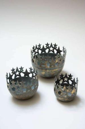 Fyrfadsstager med stjerner. Potteskjuler i messing. Potteskjuler i metal. Metalskjuler med stjerner. Messingskjuler. Messingstage.