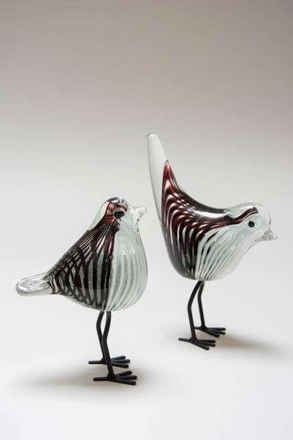 Glasfugl med striber og sorte ben. Fugl af glas. Glasfigur af fugl. Pyntefigur af glas.