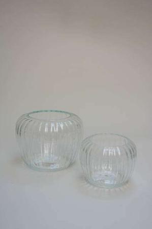 Glasvase med riller. Blomstervase af glas. Glasvase til blomster og planter. Buet glasvase til dekoration. Zebra vase fra 2Have.