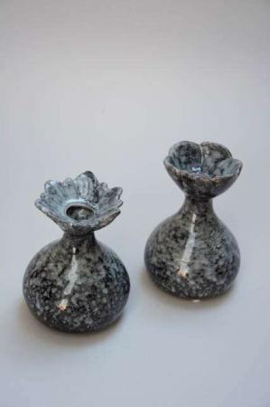 Gråsort keramikvase til blomster. Blomstervase til små buketter. Lille vase i grå keramik. Bloom vase fra 2Have.