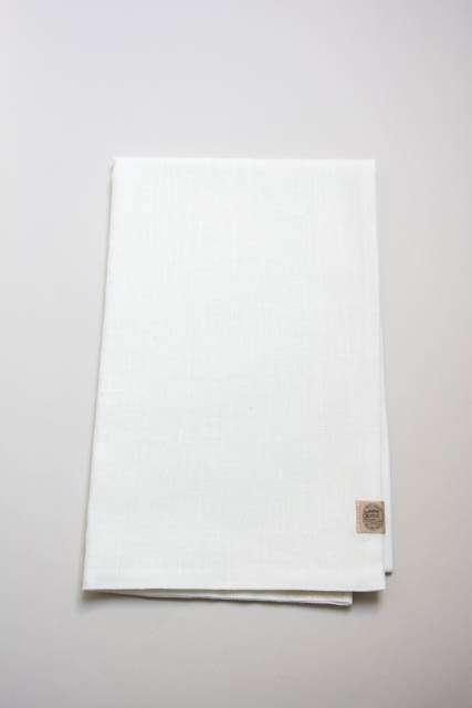 Hvid bordløber af hør fra Kardelen. Hørbordløber i hvidt stof. Bordløber til borddækning. Vævede tekstiler.