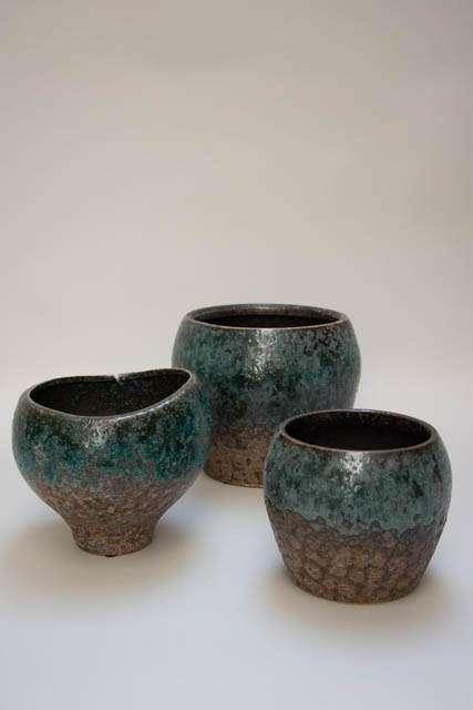 Keramikvaser med grøn og brun glasur. Potteskjulere i turkis keramik. Keramikpotte i retrostil. Retro potte til blomster og planter.