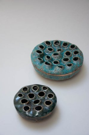 Grøn keramikvase med huller til mange blomster. Keramikskål og vase til små blomster. Mintgrøn keramikskål. Mintgrøn keramikvase. Mintgrøn skål. Mintgrøn vase. Azores vase fra 2Have.