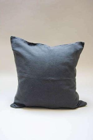 Antracitgråt pudebetræk til pyntepuder. Sofapude mørkegrå. Grå pyntepude til sofaen.