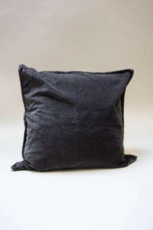 Mørkegråt pudebetræk i velour. Pyntepude i antracitgrå. Sofapude i mørkegrå. Mørkegrå pyntepude til sofaen.